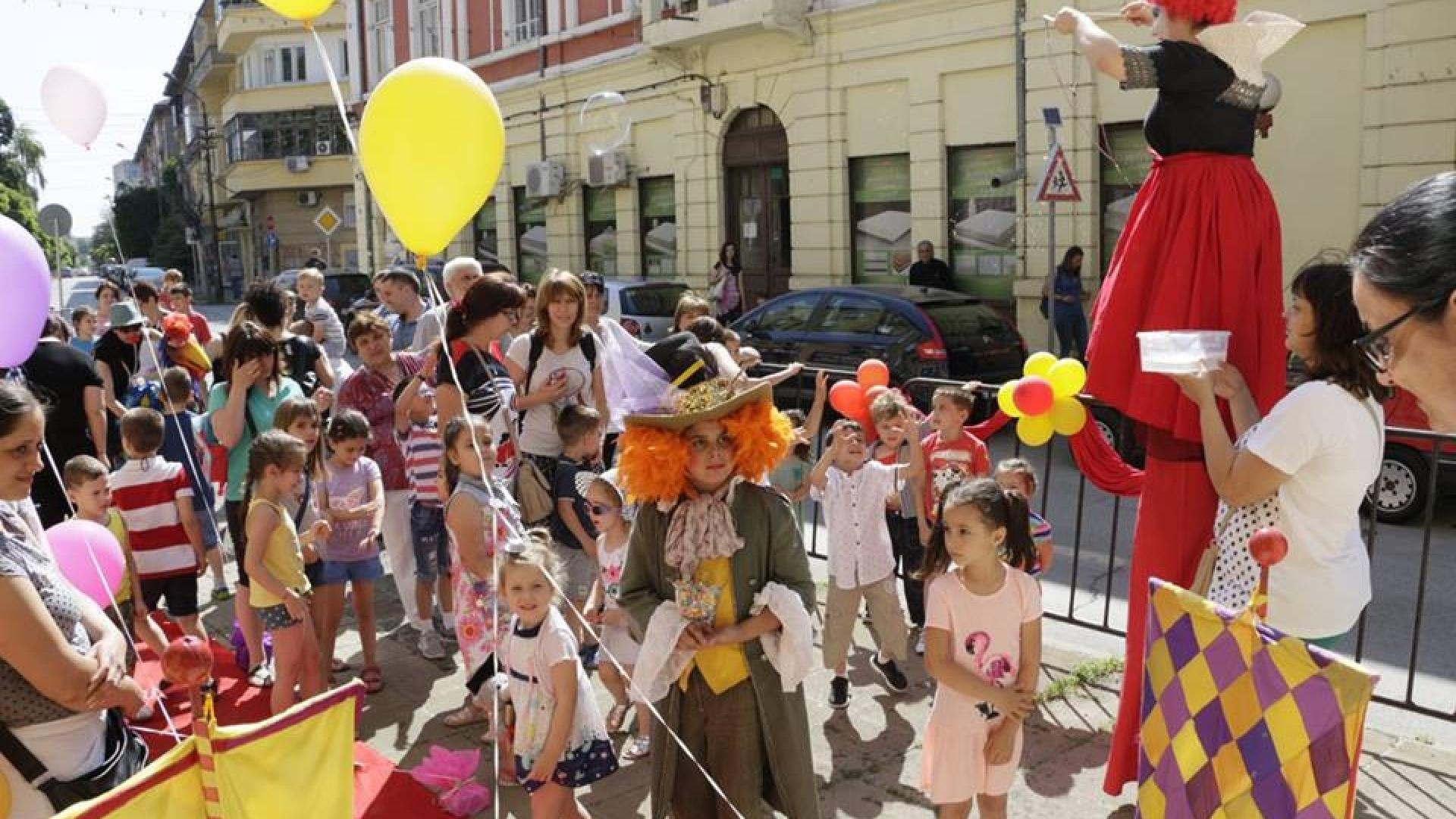 Червен килим и алея на приказни герои за децата на 1 юни в Кукления театър