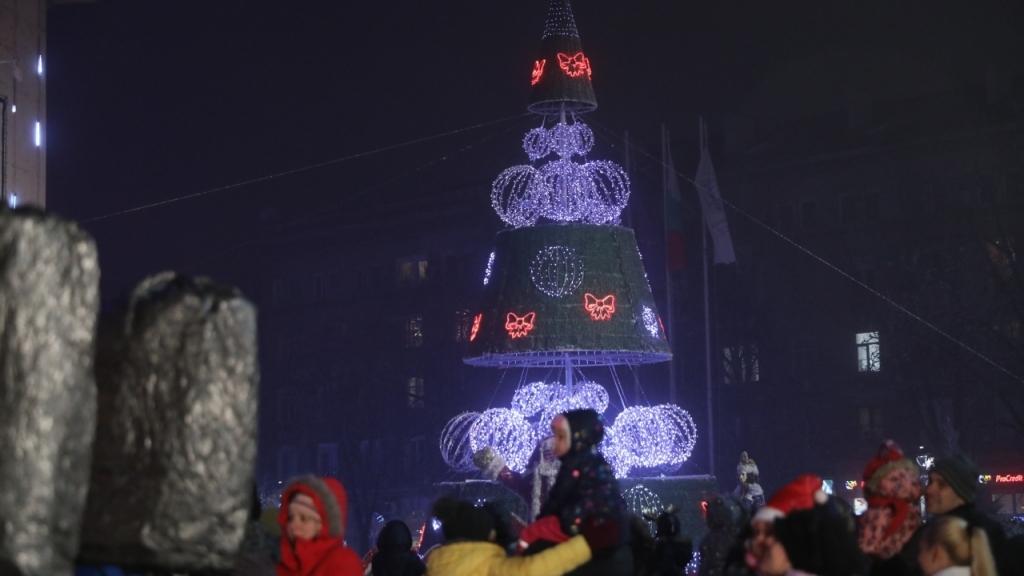 Светват лампичките на коледната елха в Русе тази вечер