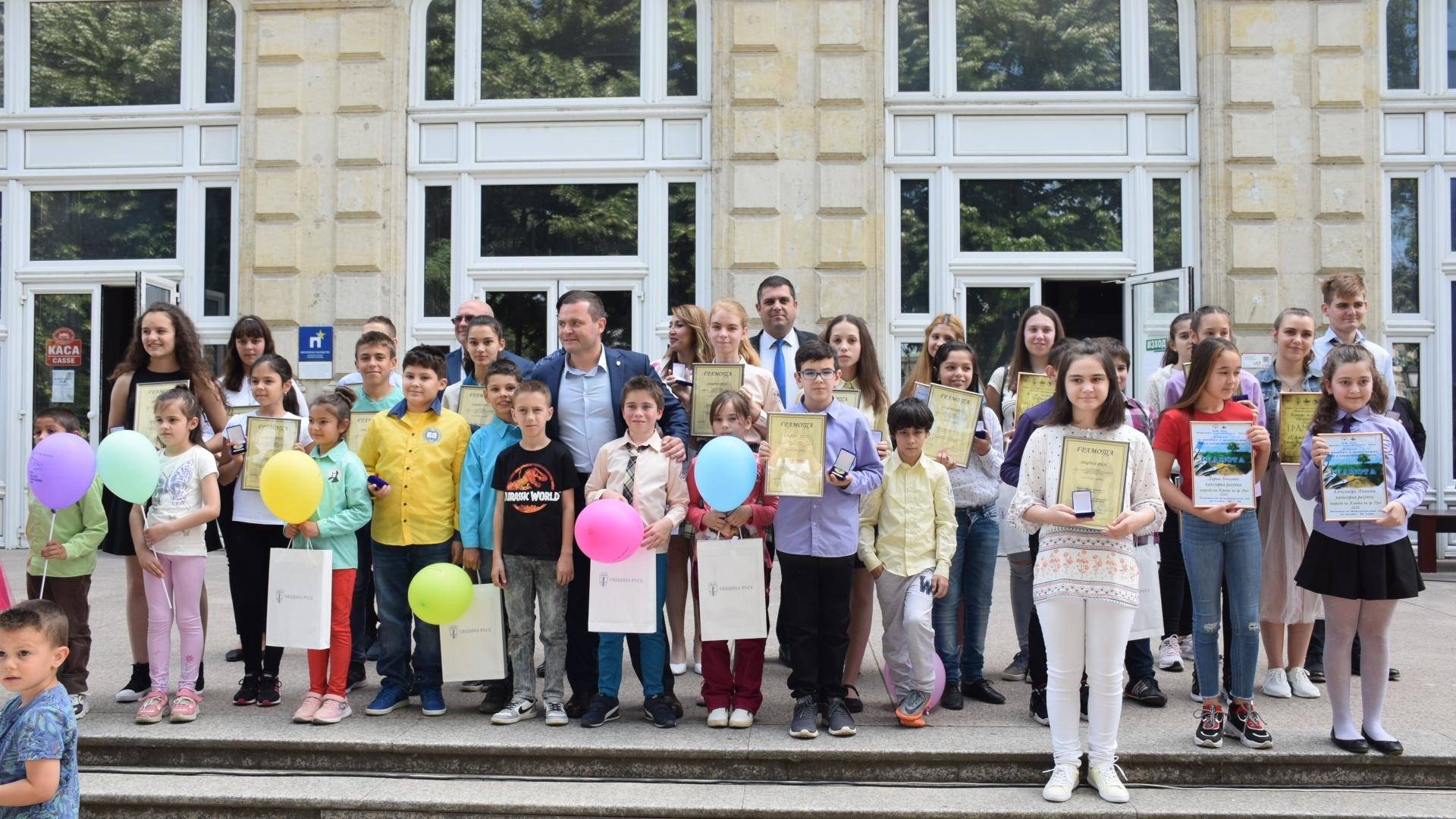 Община Русе награди  отличниците и младите таланти по случай 1 юни
