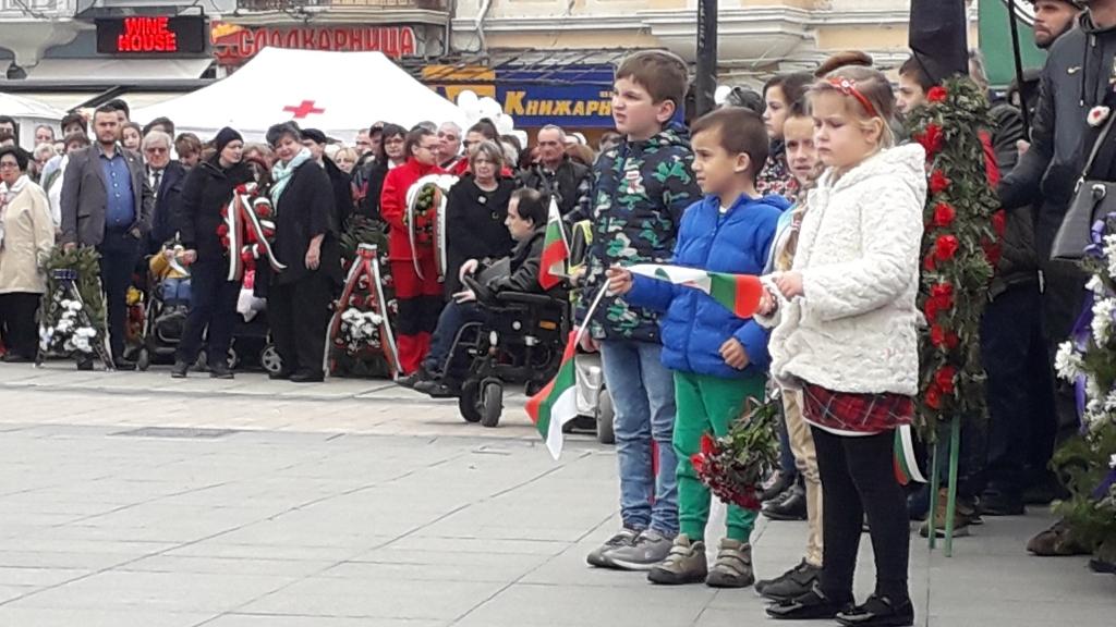 Стотици русенци се събраха в центъра на Русе за да отбележат 142 години от Освобождението на България