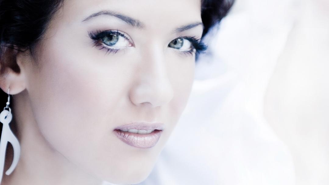 Русенската изпълнителка Ема Краун със силен авторски музикален дебют