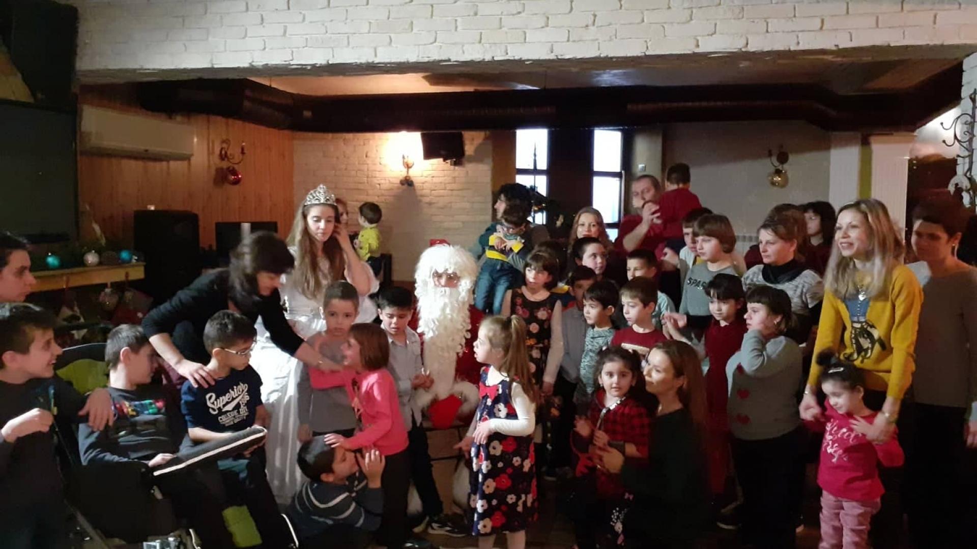 Коледните изненади за децата от Каритас продължават
