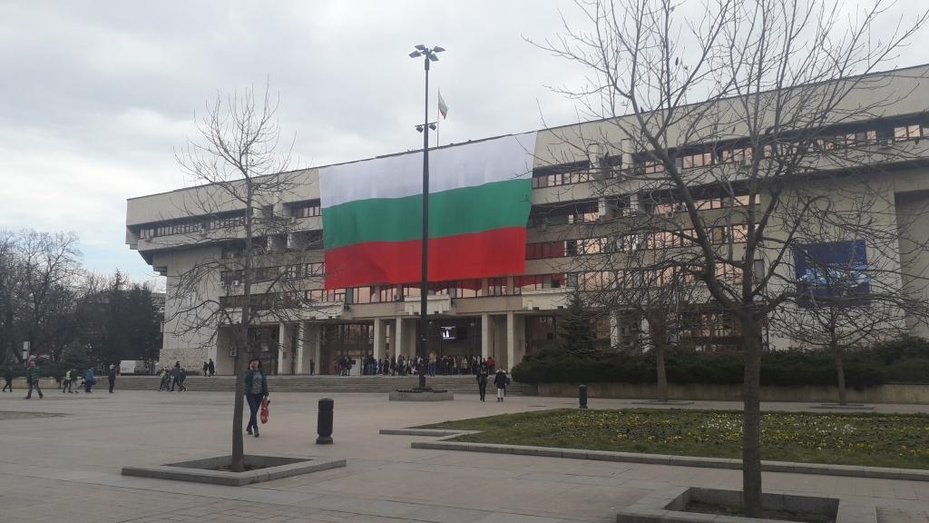 Огромен трибагреник украси сградата на Общината в Русе