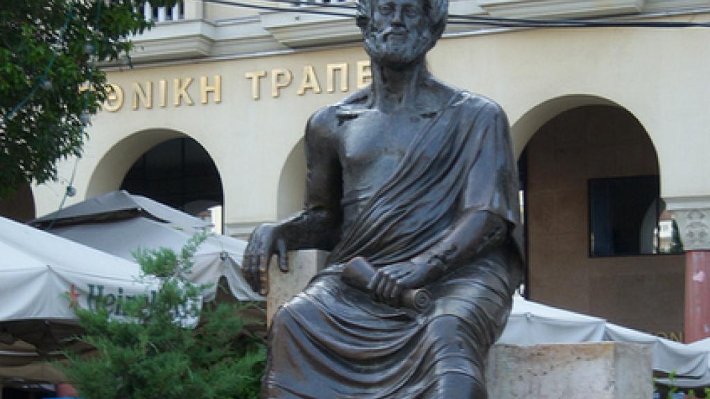 Получете мъдрост от Аристотел, докосвайки се до статуята му