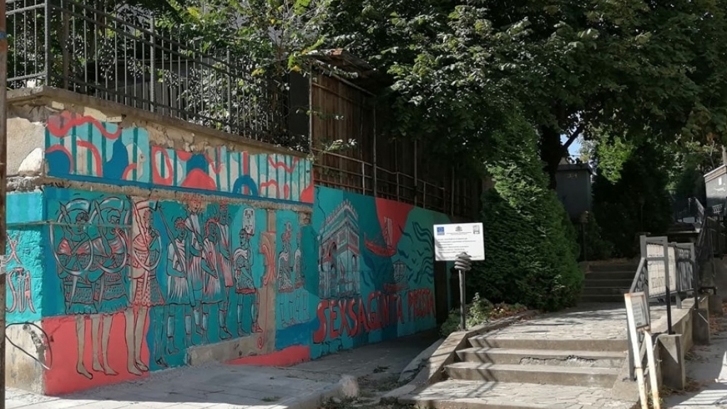 Графити посрещат посетителите на Сексагинта Приста
