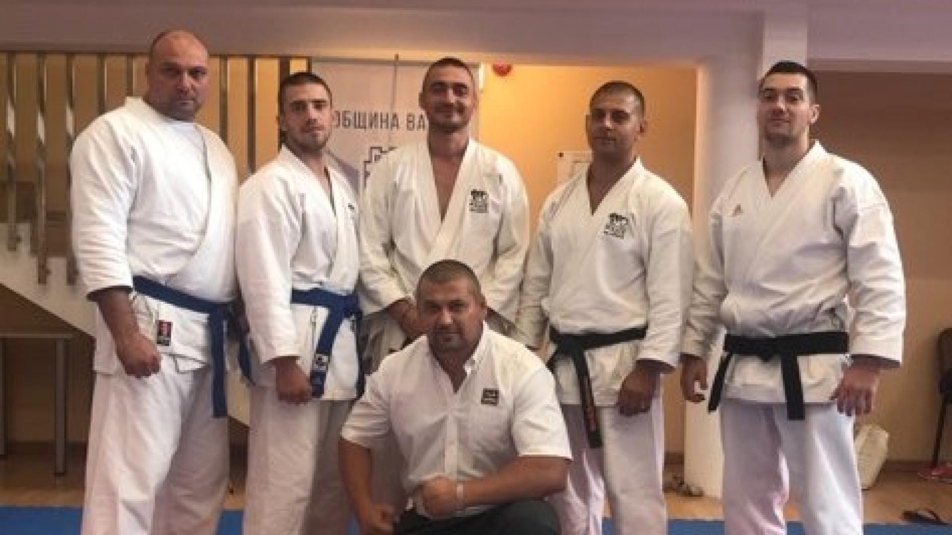 Русенски полицаи с  титли от Националния преглед по полицейска лична защита и Републиканско по карате