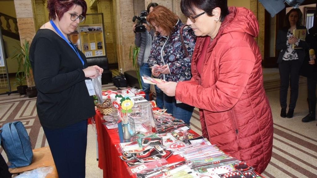 Майки със смели сърца подредиха мартенски базар в университета