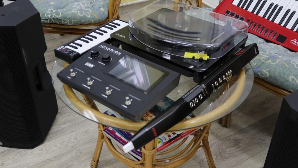 Регионалната библиотека получи дарение от електронни музикални  инструменти