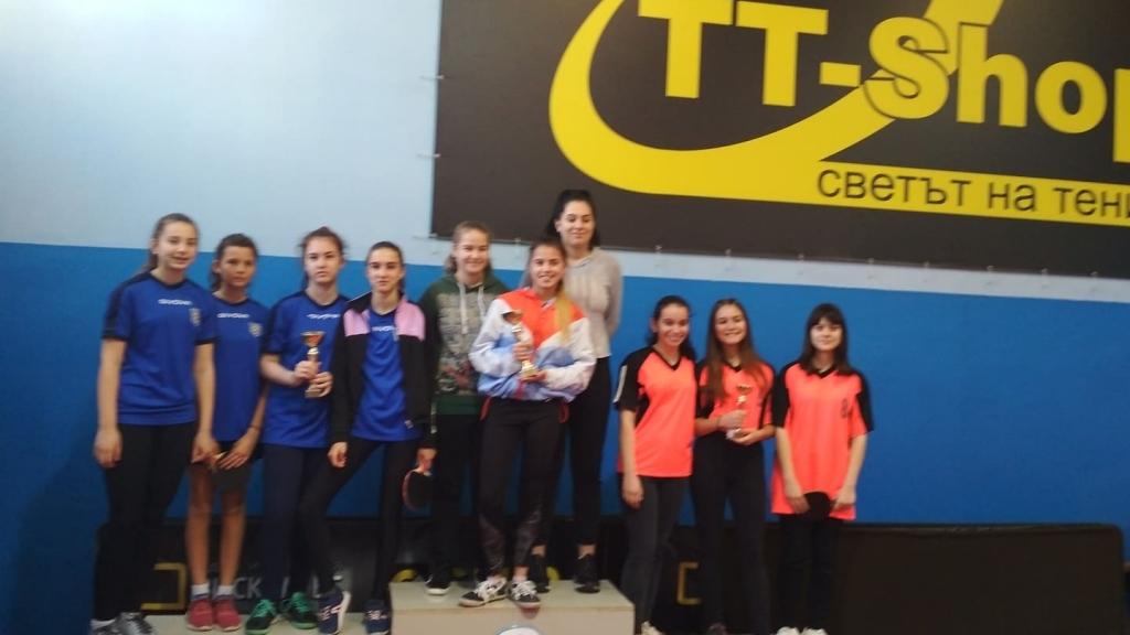 Първо място за девойките на гимназията по туризъм на състезание по тенис на маса
