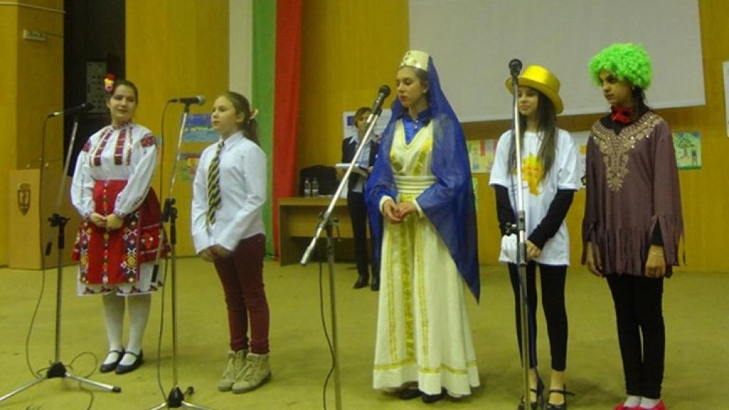Деца празнуват деня на майчиния език