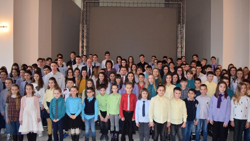 Наградиха близо 200 даровити деца от Русе