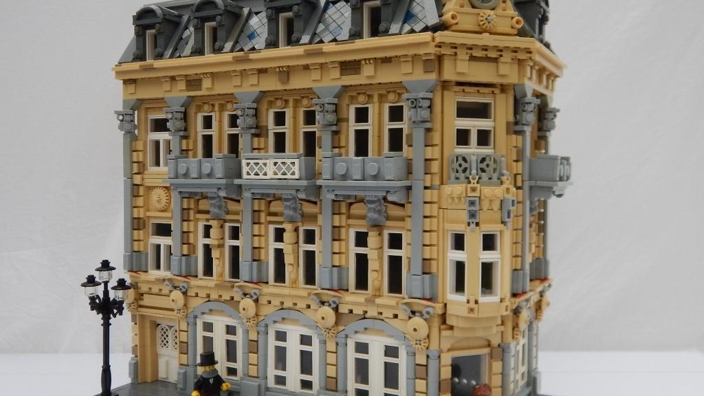 Красивата сграда на хотел Тетевен пресъздадена с Лего