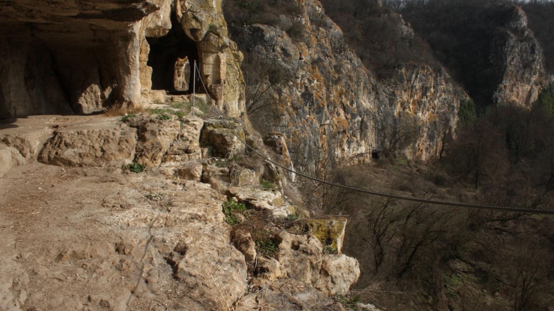 Големият Нисовски манастир гледа към селото си и Мали Лом