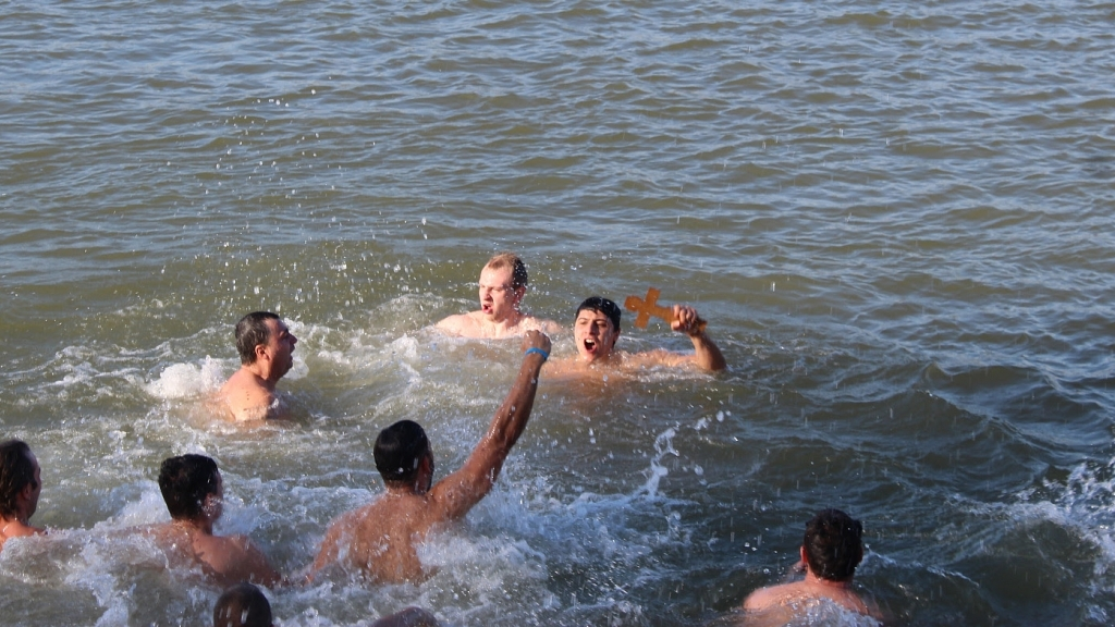 20 русенци скочиха в Дунава на Богоявление
