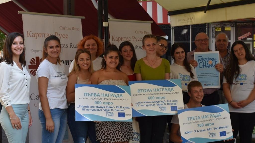 Младежи от проект на Каритас Русе дариха наградата си от конкурс на деца в нужда