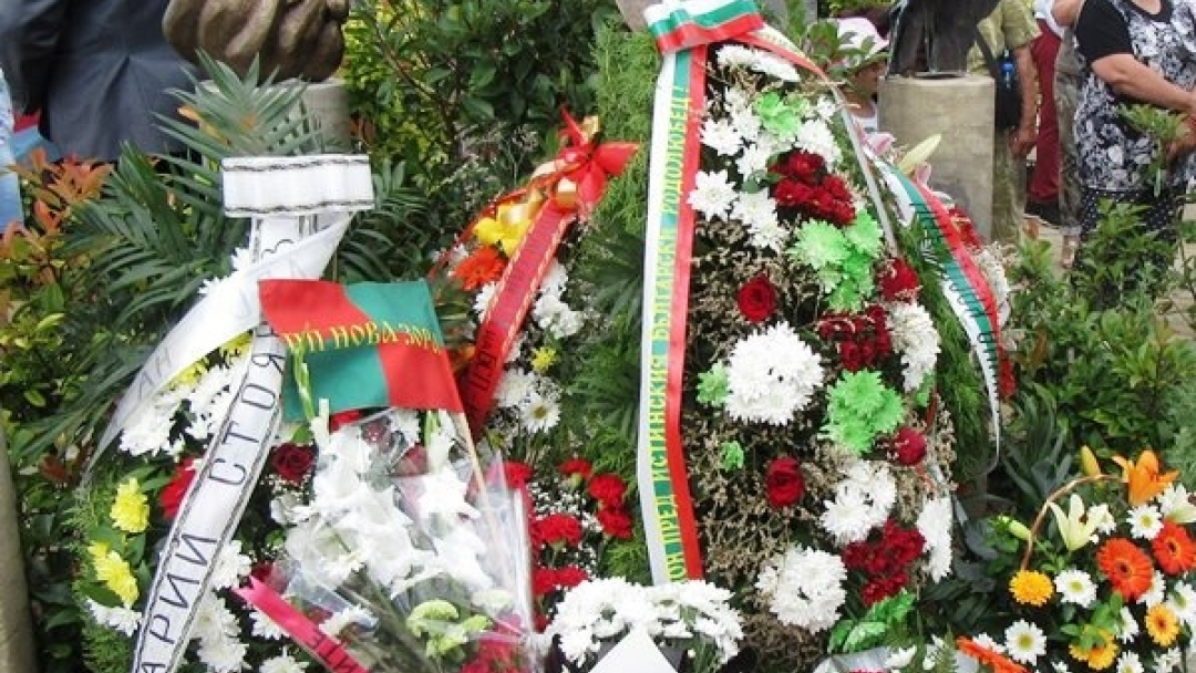 Откриха паметник на Захари Стоянов в Двора на Кирилицата