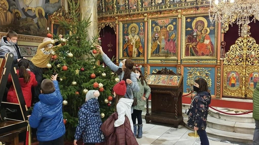 """Ученици от ОУ """"Иван Вазов"""" украсиха елхата в храм """"Св.Троица"""""""