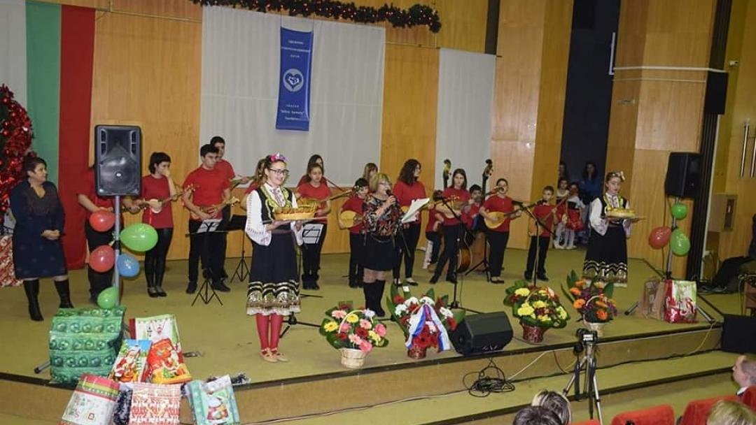 Деца от различни етноси се събраха на една сцена за предколеден концерт